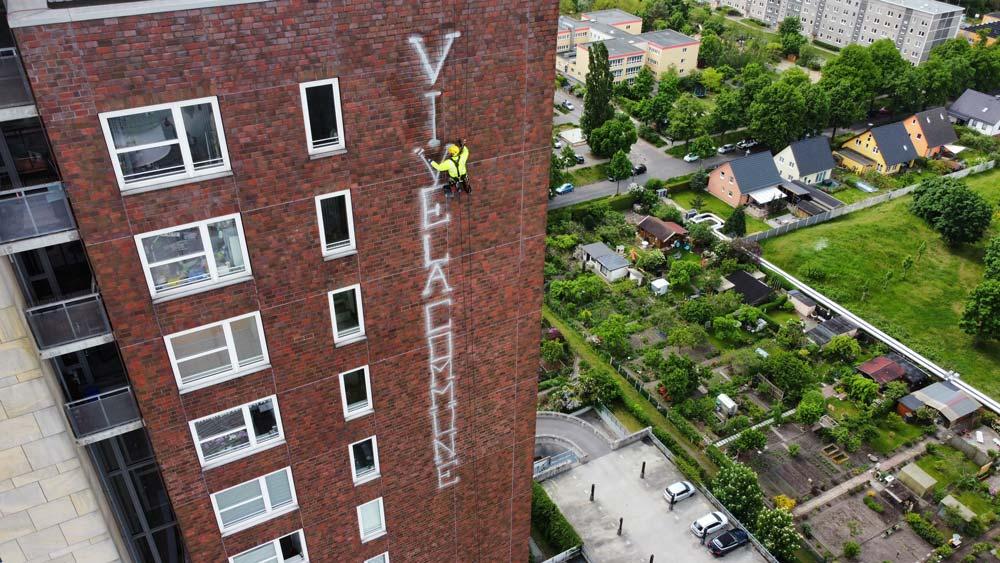 VORHER Turm Plaza Fassadenreinigung Graffitientfernung WarDaWas Berlin Brandenburg