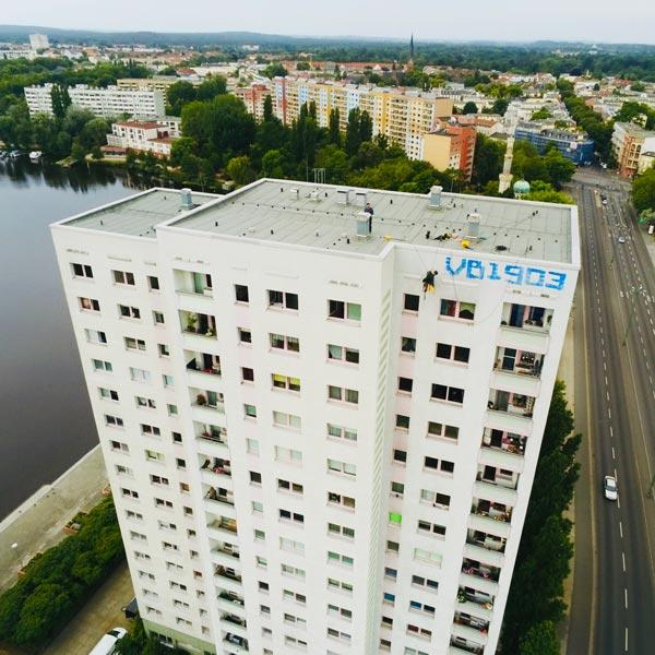 VORHER Hochhaus Schmierereien Industrieklettern Wardawas Berlin Brandenburg Grafittientfernung Fassadenreinigung